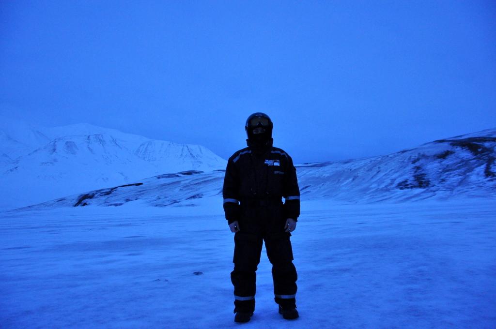 Svalbard   78° 13′ N, 15° 38′ O   Mein Abenteuer nördlich des Polarkreises. schnee land und leute norwegen europa  tui berlin Svalbard Skianzug