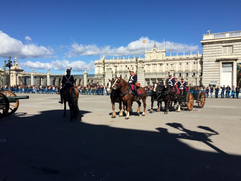 Kurze Wege in Madrid staedtereisen spanisches festland sonne reisebericht europa  tui berlin madrid palacio real de madrid aufmarsch