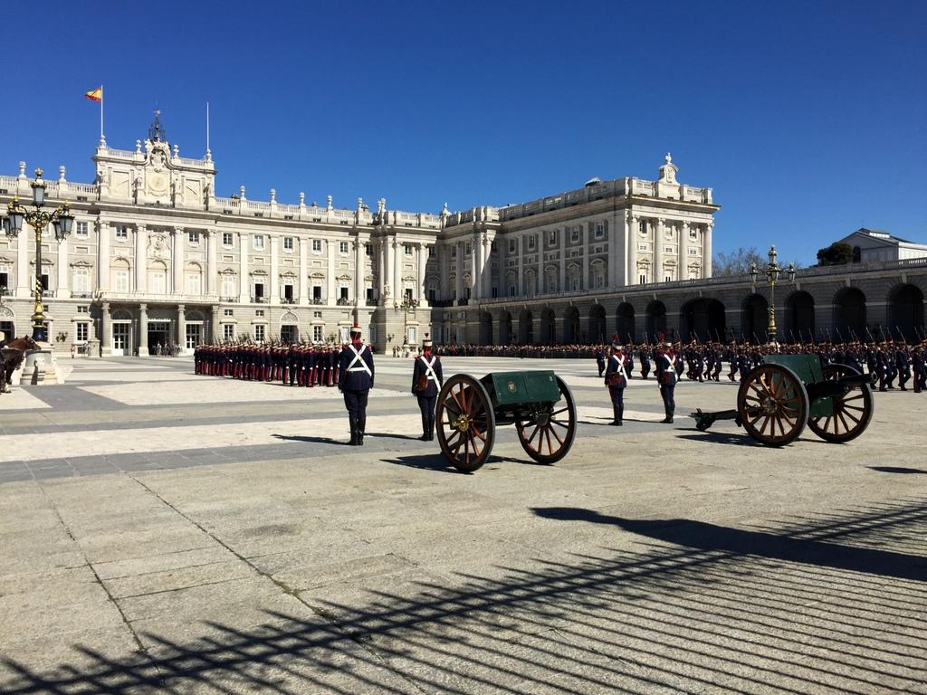 Kurze Wege in Madrid staedtereisen spanisches festland sonne reisebericht europa  tui berlin madrid palacio real de madrid aufstellung
