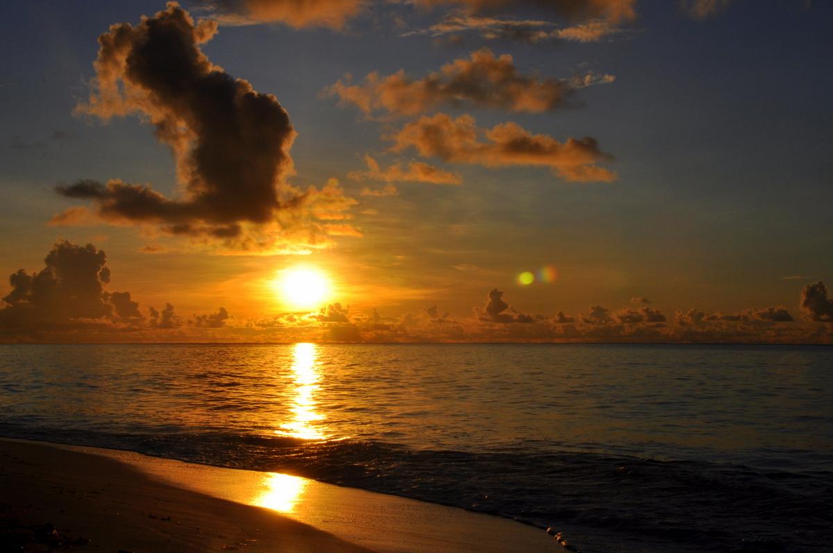 Traumtage auf den Seychellen: Desroches Island strand sonne seychellen indischer ozean orient honeymoon 2  tui berlin Seychellen Desroches Sonnenuntergang