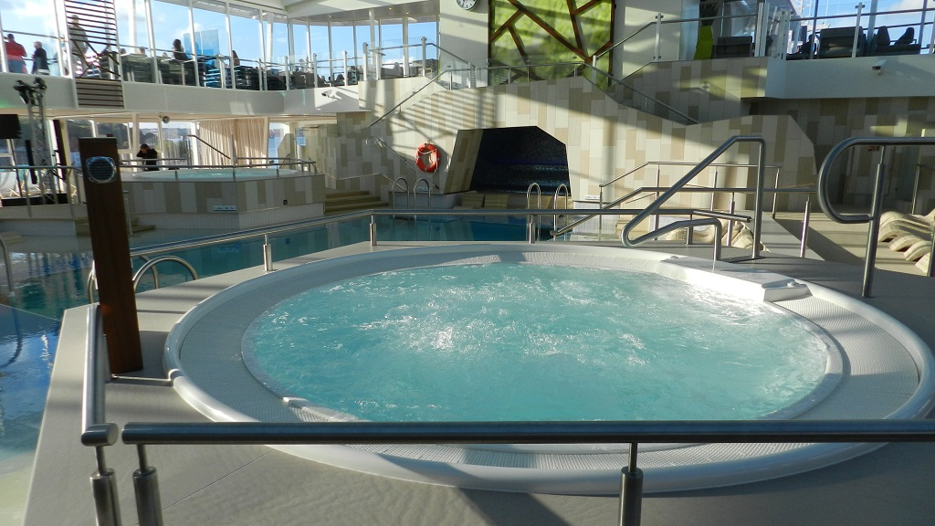 Allein an Bord der Mein Schiff 4 kreuzfahrt europa  tui berlin mein schiff4 indoor pool