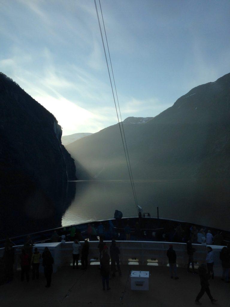 Die ganze Familie an Bord der Mein Schiff 4 norwegen kreuzfahrt familie europa  tui berlin mein schiff 4 kreuzfahrt geiranger fjord 768x1024