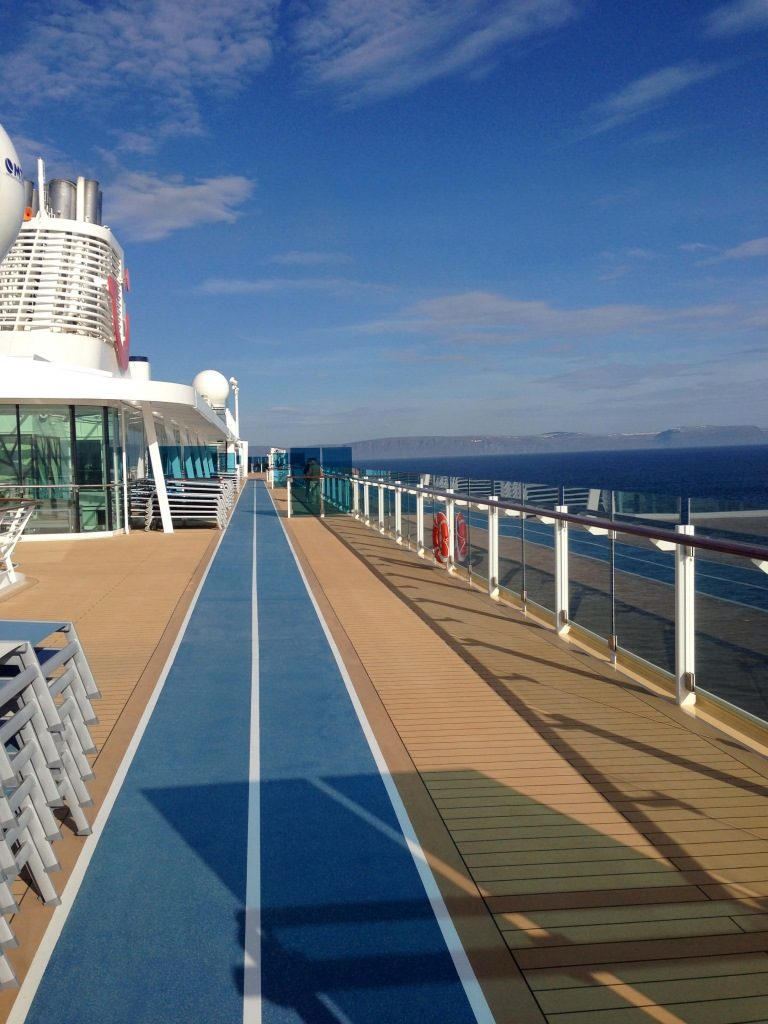 Die ganze Familie an Bord der Mein Schiff 4 norwegen kreuzfahrt familie europa  tui berlin mein schiff 4 kreuzfahrt laufstrecke 768x1024