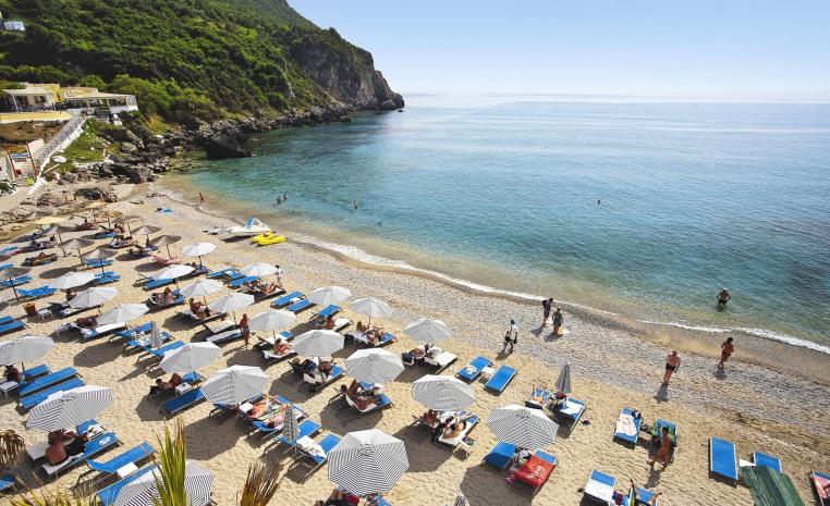 TUI SENSIMAR: Zum Start in den Sommer auf die grünste Insel Griechenlands tui hotels strand griechenland angebote und specials angebot  tui berlin sensimar grand mediterraneo strand2