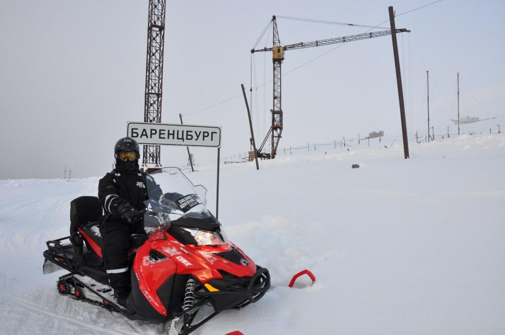 Svalbard   Mein Abenteuer mit Sonnenschein und blauem Himmel! winterurlaub schnee land und leute norwegen europa  tui berlin spitzbergen barentsburg ortsschild