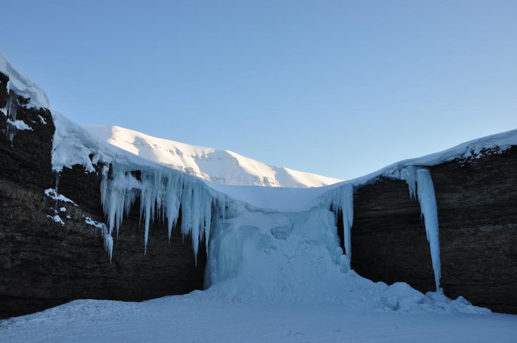 Svalbard   Mein Abenteuer mit Sonnenschein und blauem Himmel! winterurlaub schnee land und leute norwegen europa  tui berlin spitzbergen gefrorener wasserfall