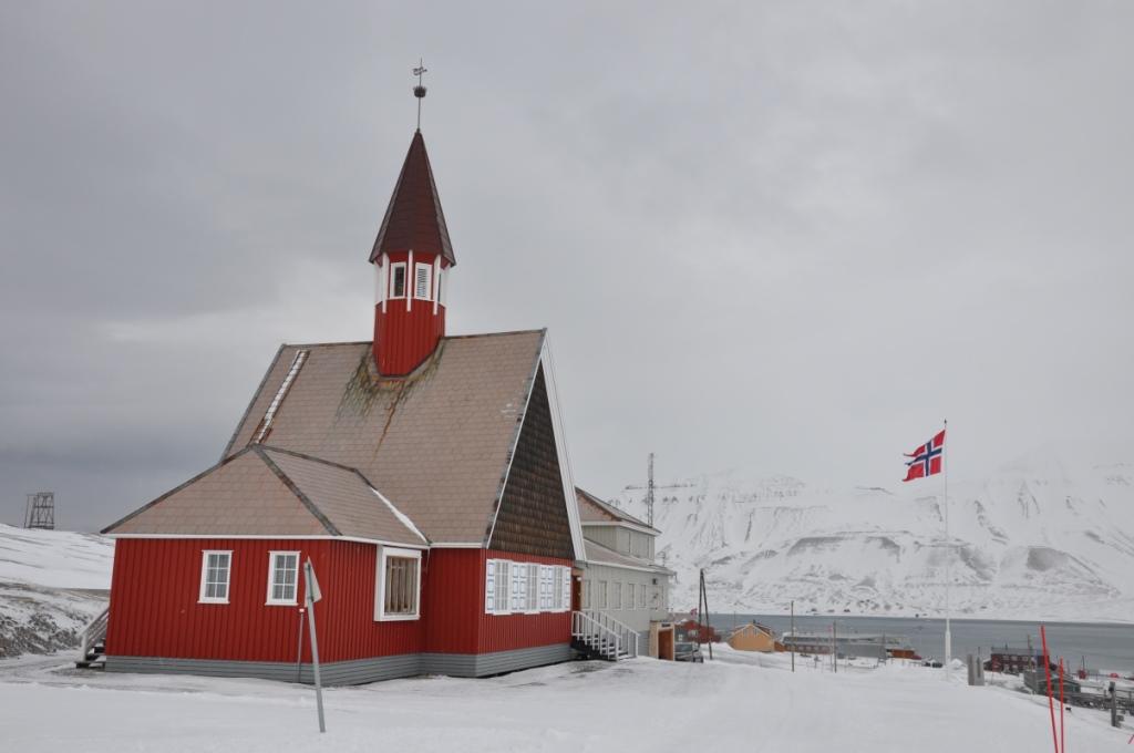 Svalbard   Mein Abenteuer mit Sonnenschein und blauem Himmel! winterurlaub schnee land und leute norwegen europa  tui berlin spitzbergen longyearbyen haus