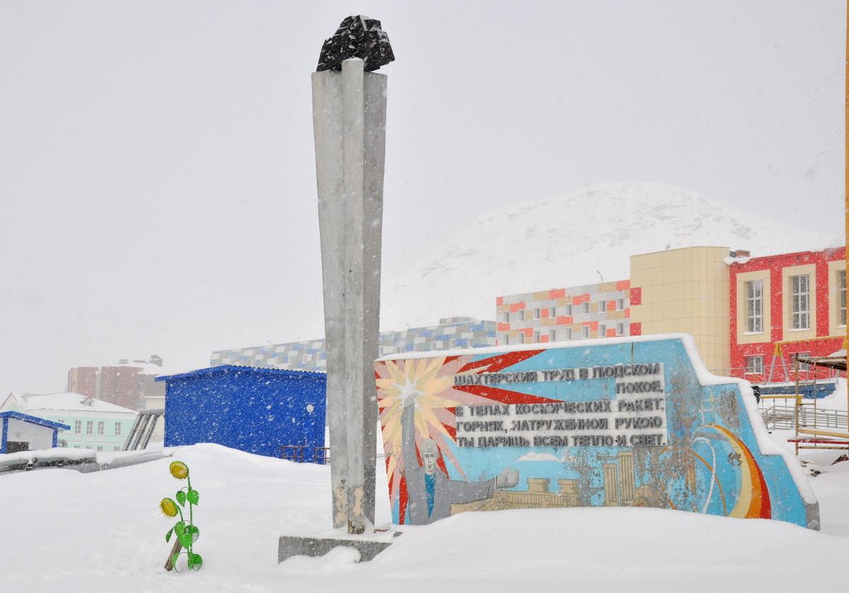 Svalbard   Mein Abenteuer mit Sonnenschein und blauem Himmel! winterurlaub schnee land und leute norwegen europa  tui berlin spitzbergen Zentrum Barentsburg
