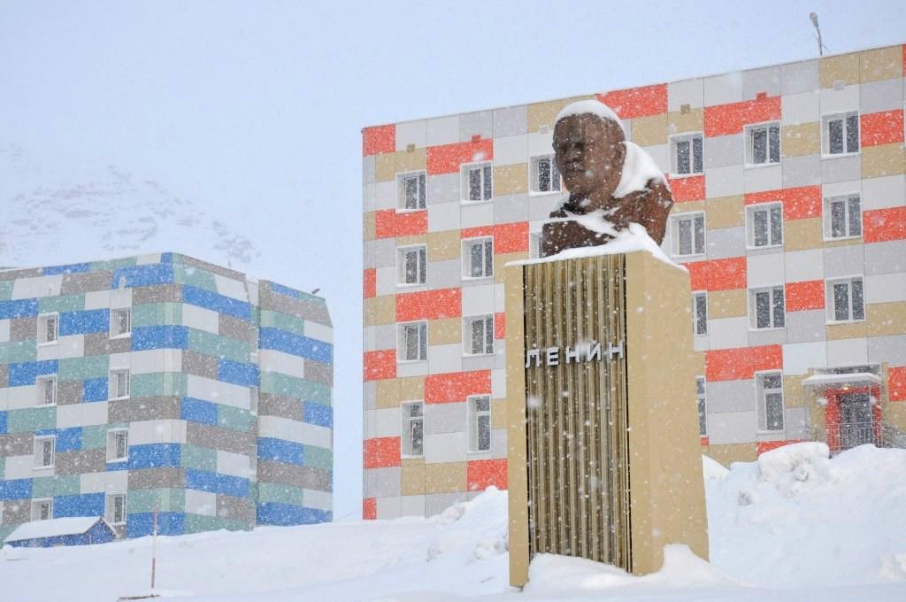 Svalbard   Mein Abenteuer mit Sonnenschein und blauem Himmel! winterurlaub schnee land und leute norwegen europa  tui berlin spitzbergen barentsburg lenin statue