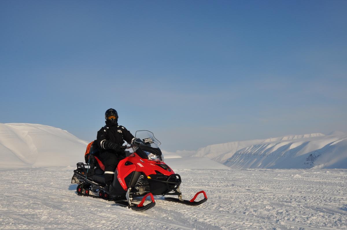 Svalbard   Mein Abenteuer mit Sonnenschein und blauem Himmel! winterurlaub schnee land und leute norwegen europa  tui berlin spitzbergen scooterfahrt