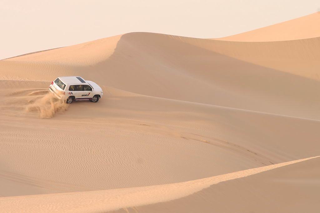 Einzigartige Wüstenerlebnisse strand staedtereisen sonne land und leute reisebericht abu dhabi  tui berlin wüste abu dhabi dünen jeep action
