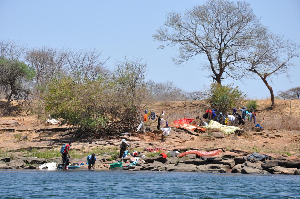 Zwischen Sambia und Simbabwe   mit dem Kanu unterwegs auf dem Sambesi sonne simbabwe safari reisebericht afrika  TUI Berlin Reisebüro Paddeltour Sambesi Wäsche