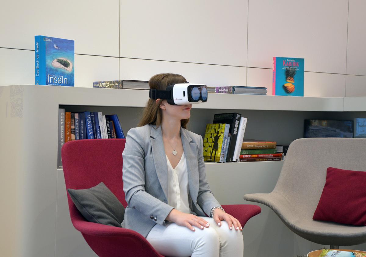 VR Brille im Reisebüro   Virtuelle Rundgänge und Ausflüge news angesagte reiseziele  TUI Berlin Reisebuero virtual reality Reiseberatung mit VR Brillen