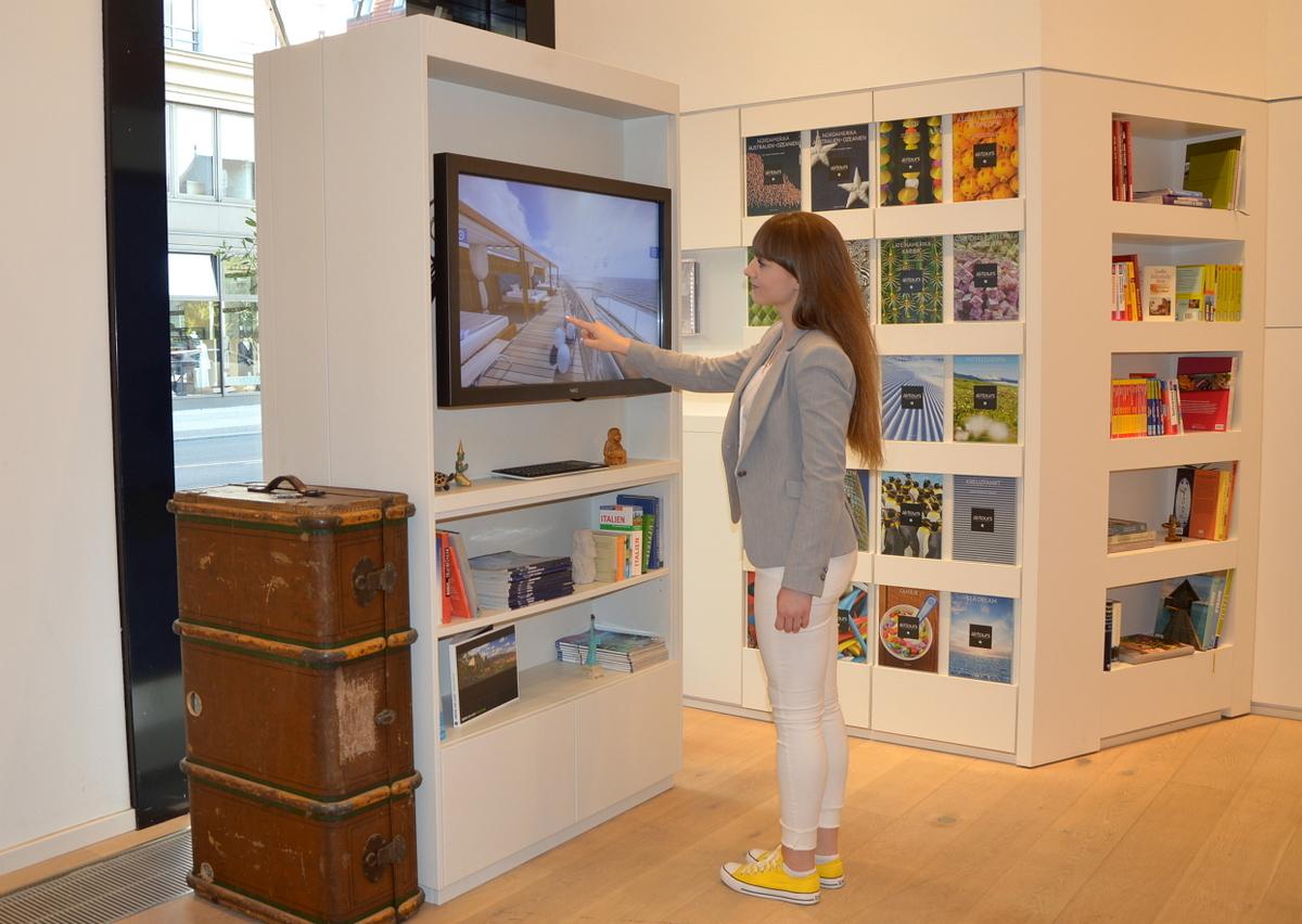 VR Brille im Reisebüro   Virtuelle Rundgänge und Ausflüge news angesagte reiseziele  TUI Berlin Reisebuero virtueller Rundgang