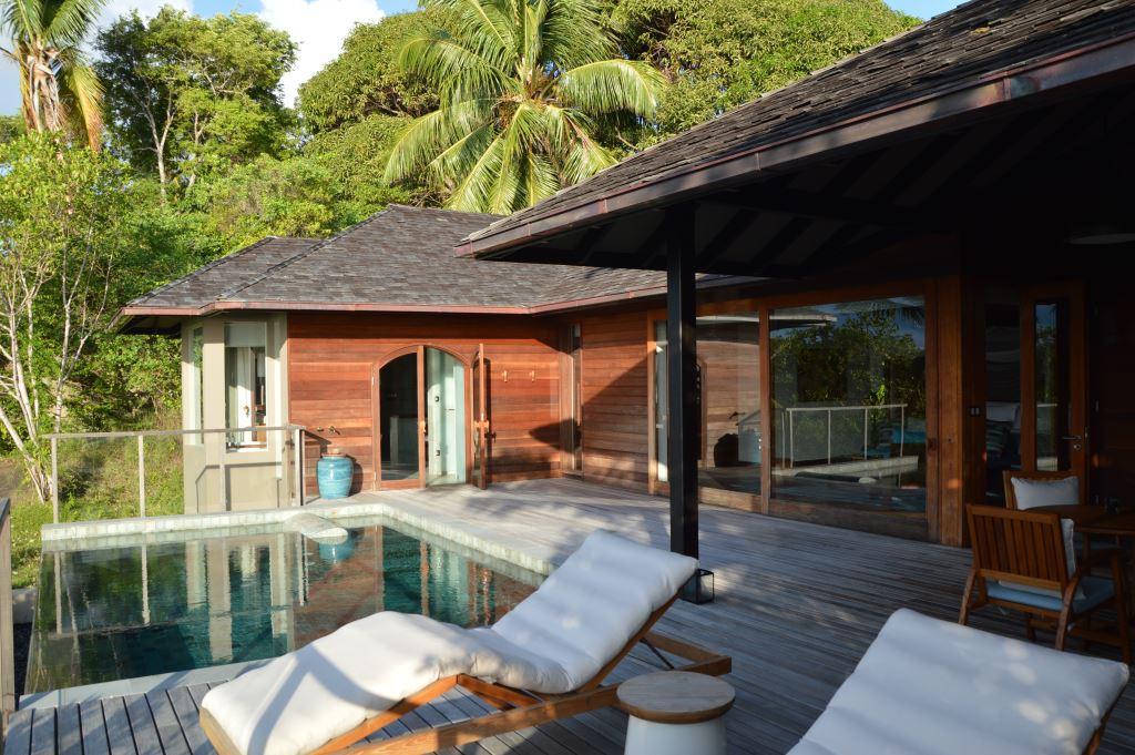 Six Senses Zil Pasyon: Pool Villen mit Ausblick auf den Indischen Ozean strand sonne seychellen new honeymoon 2  tui reisebuero berlin seychellen six senses terrasse pool 1