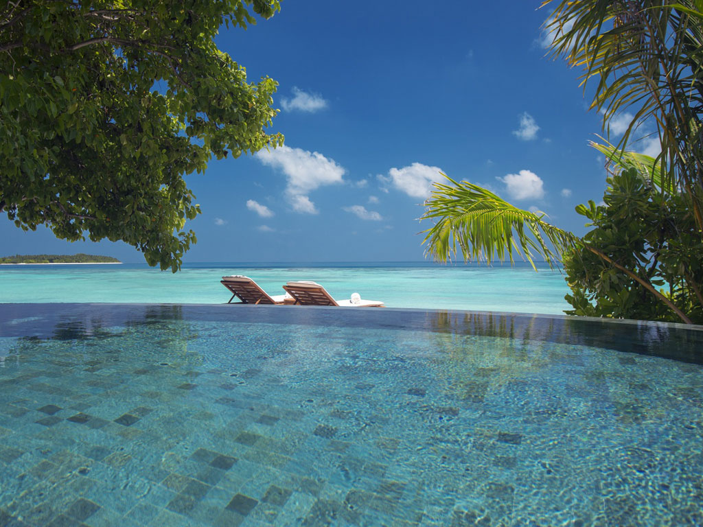 Milaidhoo Island Infinity Pool am Strand - World of TUI Berlin Reisebericht