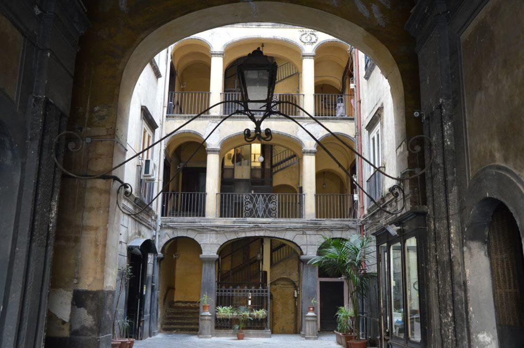 Neapel und Apulien   eine lohnenswerte Kombination staedtereisen sonne reisebericht new italien  tui berlin italien laterne im innenhof