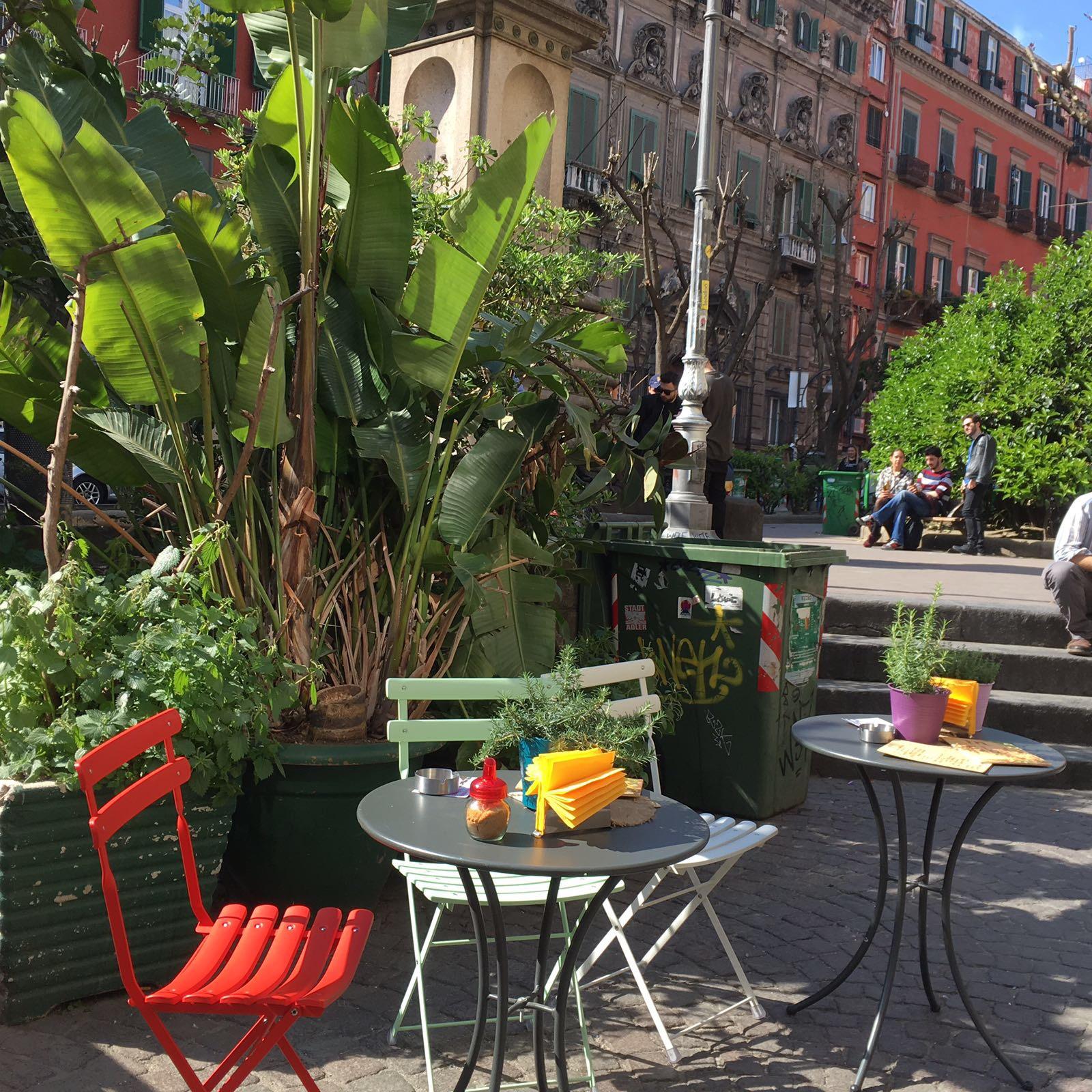 Neapel und Apulien   eine lohnenswerte Kombination staedtereisen sonne reisebericht new italien  tui berlin reisebüro Italien Strassencafé Neapel