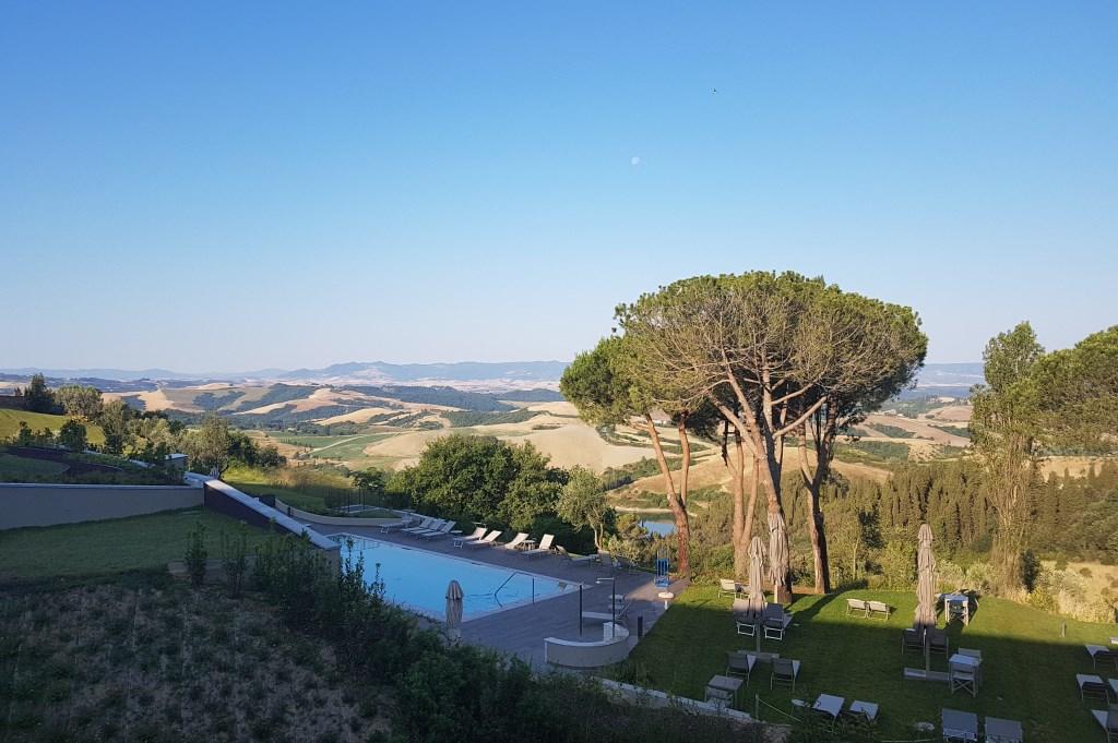 Castelfalfi im Herzen der Toskana sonne land und leute new italien honeymoon 2  tui berlin castelfalfi blick von terrasse