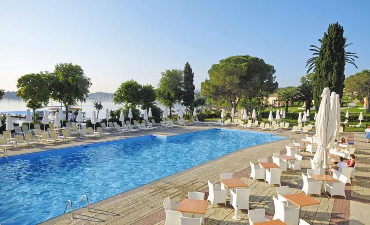 TUI Family  Deals +++ Bis zu 40% Rabatt auf Reisen im Herbst tui hotels strand sonne griechenland angebote und specials angebot  tui berlin louis corcyra beach hotel main pool