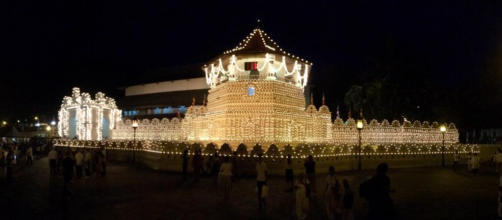 Unterwegs durch Sri Lanka   Luxuriös mit airtours strand sri lanka asien sri lanka sonne land und leute reisebericht new  TUI Reisebuero Berlin Sri Lanka Kandy Zahntempel 1