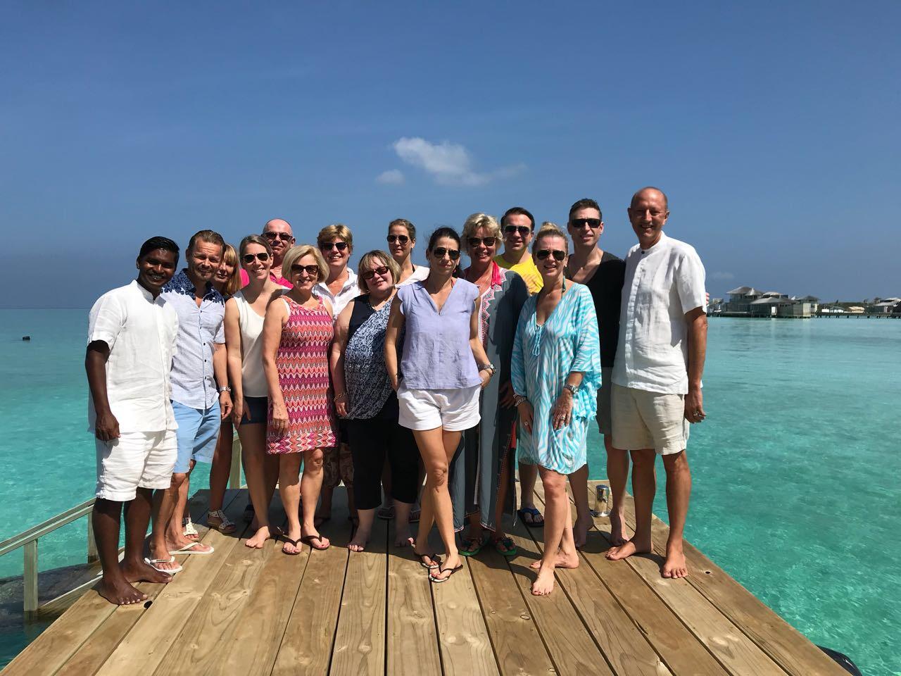 Zu Gast im neuen Soneva Jani Resort auf den Malediven strand sonne reisebericht new malediven honeymoon 2  TUI Berlin Reisebüro Soneva Jani Gruppenfoto