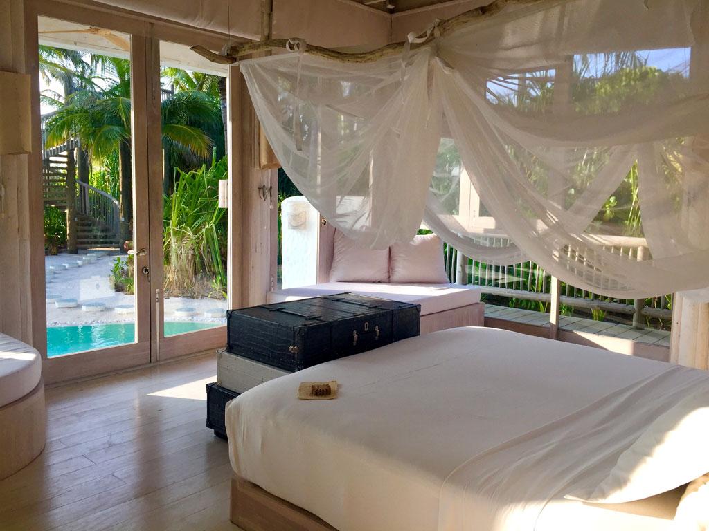 Zu Gast im neuen Soneva Jani Resort auf den Malediven strand sonne reisebericht new malediven honeymoon 2  TUI Berlin Reisebüro Malediven Soneva Jani Beachvilla Schlafzimmer 1