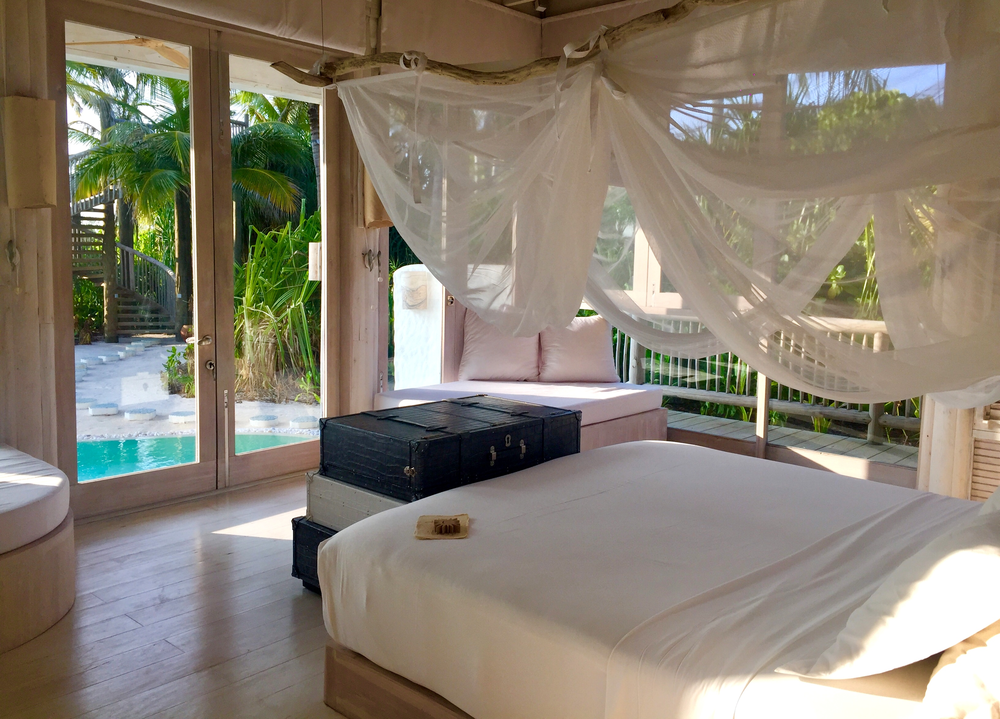 Zu Gast im neuen Soneva Jani Resort auf den Malediven strand sonne reisebericht new malediven honeymoon 2  TUI Berlin Reisebüro Malediven Soneva Jani Beachvilla Schlafzimmer