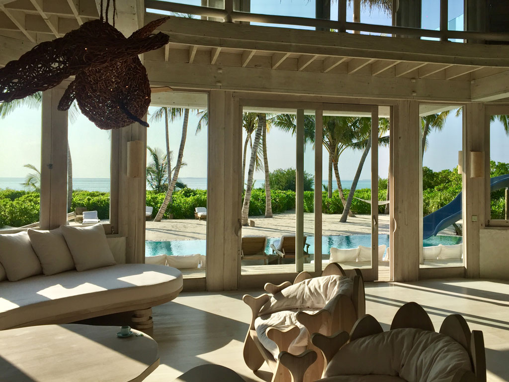 Zu Gast im neuen Soneva Jani Resort auf den Malediven strand sonne reisebericht new malediven honeymoon 2  TUI Berlin Reisebüro Malediven Soneva Jani Beachvilla Wohnzimmer 1