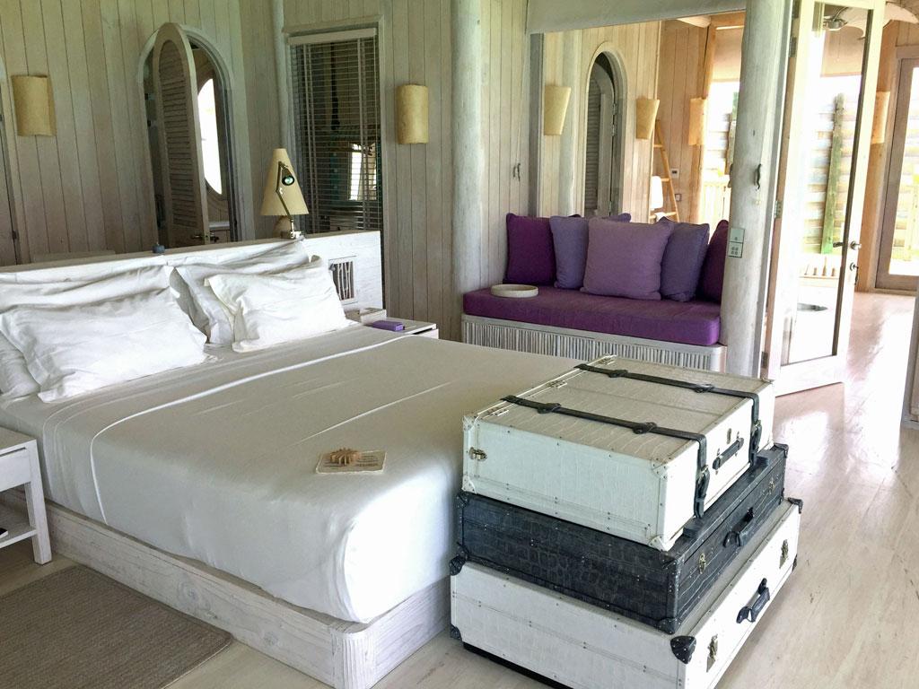 Zu Gast im neuen Soneva Jani Resort auf den Malediven strand sonne reisebericht new malediven honeymoon 2  TUI Berlin Reisebüro Malediven Soneva Jani Wasservilla Schlafzimmer 2