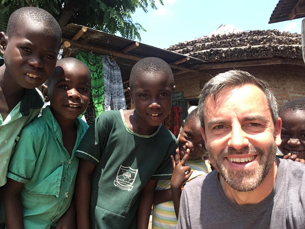 Gorilla Trekking in Uganda   unser Besuch bei den sanften Riesen uganda sonne safari reisebericht new afrika  TUI Berlin Reisebuero Gorillatrekking Uganda Kinder
