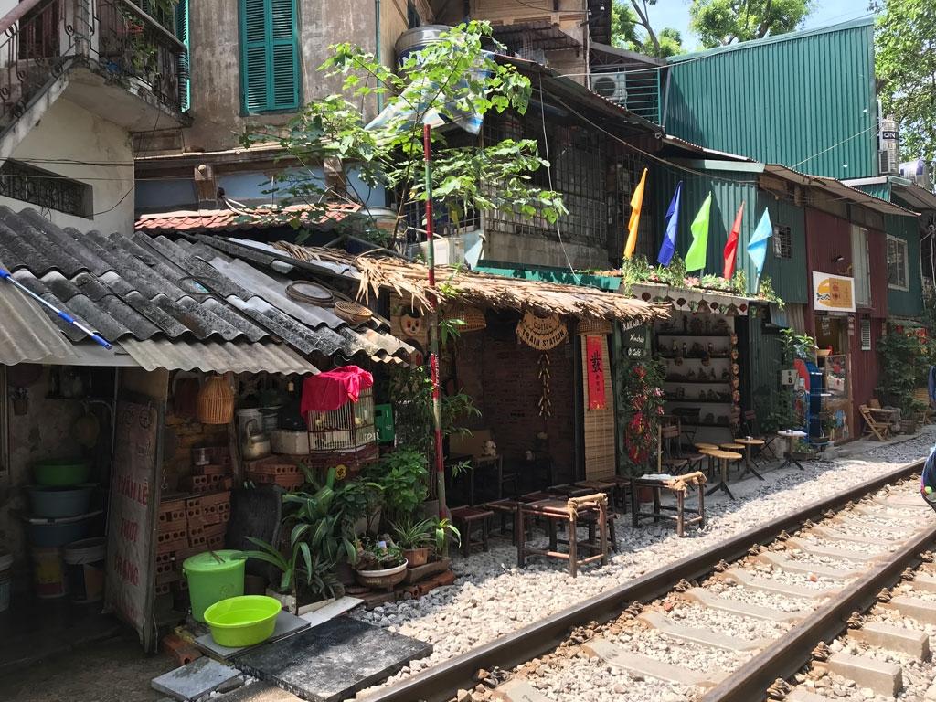 Unterwegs durch Vietnam   Meine kulinarische Reise von Nord nach Süd vietnam reisebericht new  Hanoi Läden an Zugstrecke 1024x768