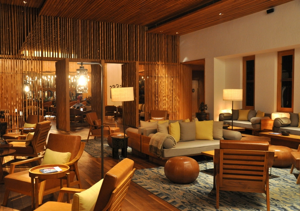Lounge in der Six Senses Thimphu Lodge, Bhutan  - World of TUI Berlin Reisebericht