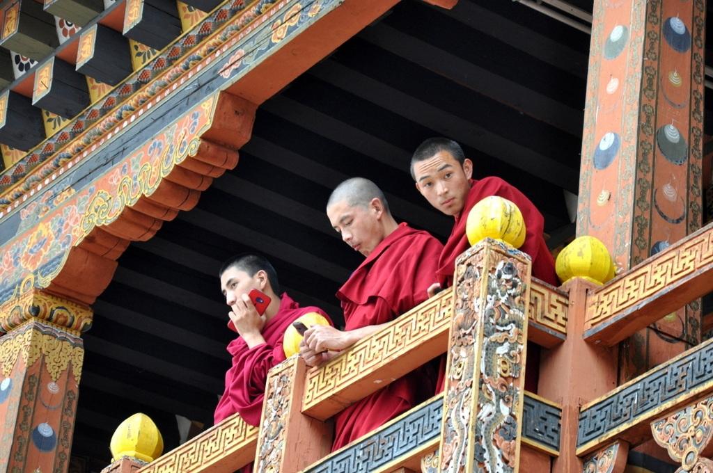 Klosterschüler im Punakha Dzong - World of TUI Berlin Reisebericht
