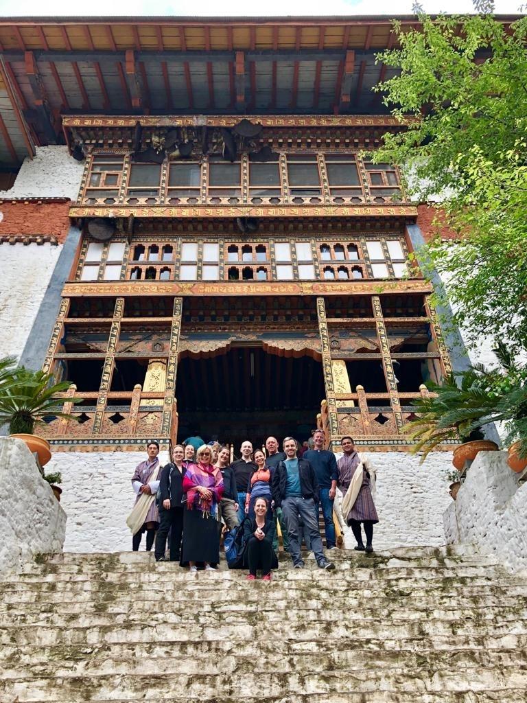 Gruppenfoto vor dem Punakha Dzong - World of TUI Berlin Reisebericht