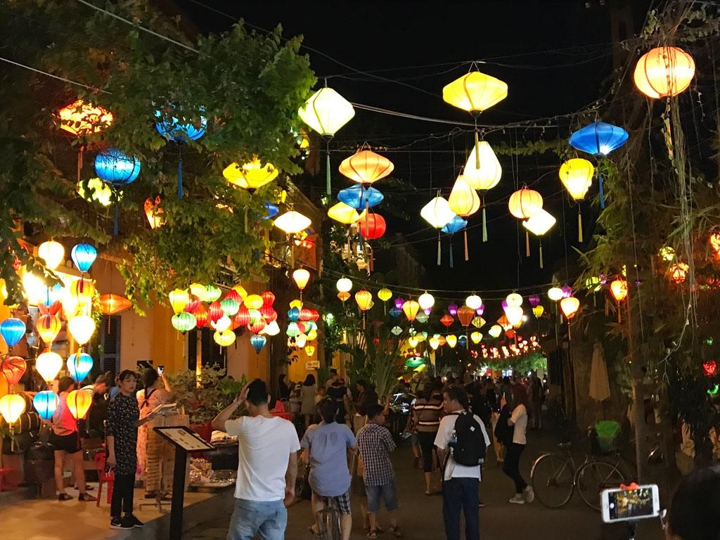 Unterwegs durch Vietnam   Meine kulinarische Reise von Nord nach Süd vietnam reisebericht new  abendliches Hoi An 1024x768