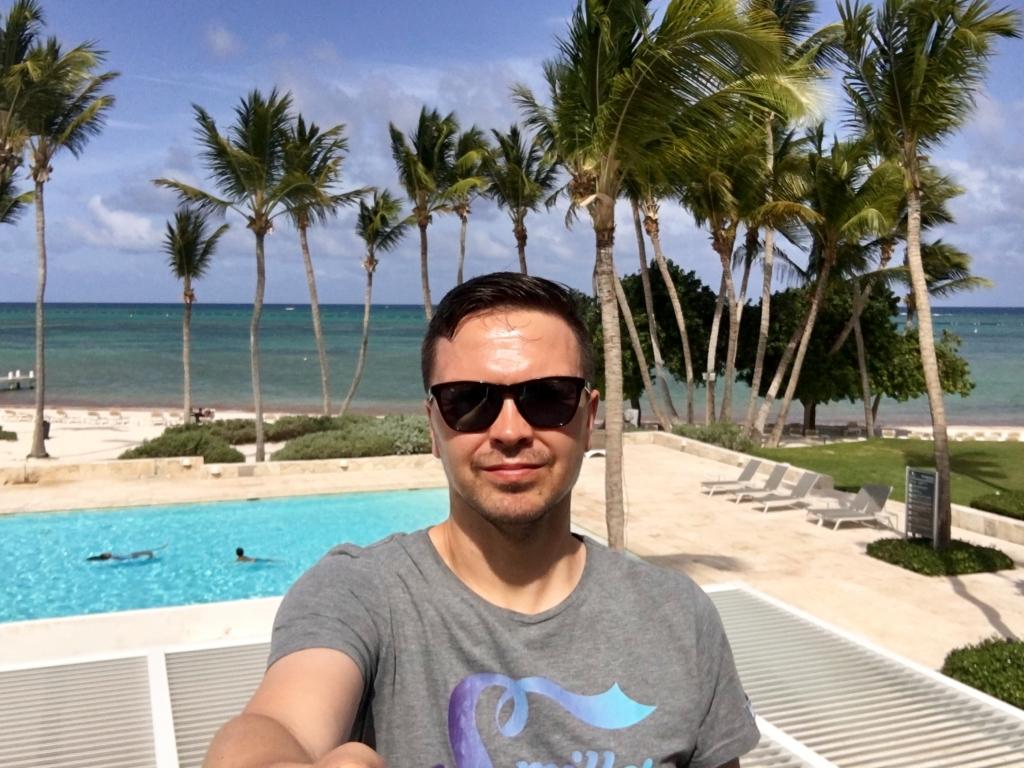 Selfie am Pool mit Strand, Dominikanische Republik - World of TUI Berlin Reisebericht