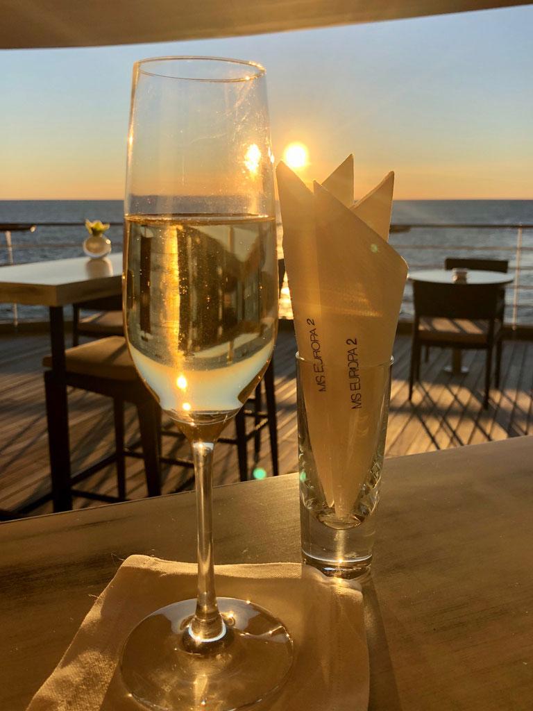 Glas Champagner auf der MS Europa 2