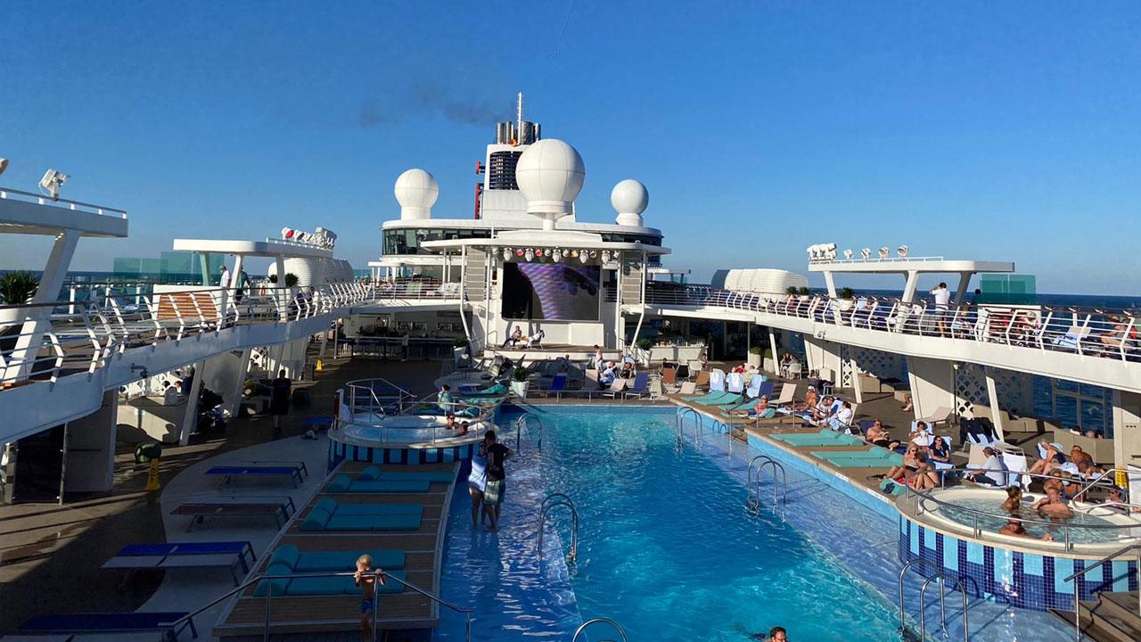 Pooldeck auf der TUI Cruises Mein Schiff 2