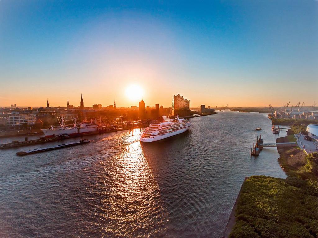Die EUROPA im Hamburger Hafen