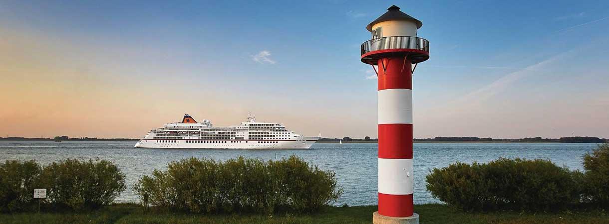 Leuchtturm an der Ostsee mit MS EUROPA im Hintergrund
