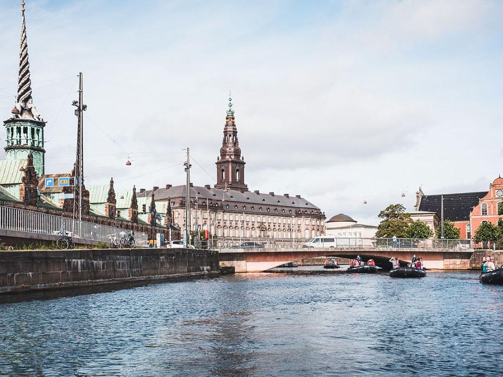 HANSEATIC inspiration Zodiacs in den Kanälen von Kopenhagen