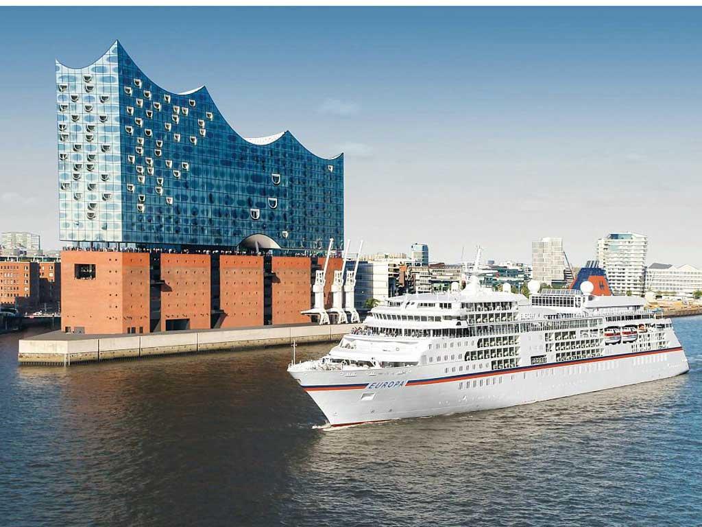 MS EUROPA vor der Elbphilharmonie in Hamburg