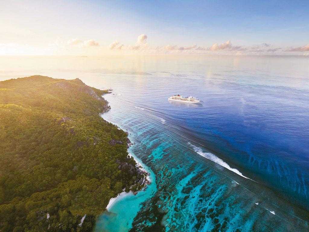 MS EUROPA vor der Küste der Seychellen
