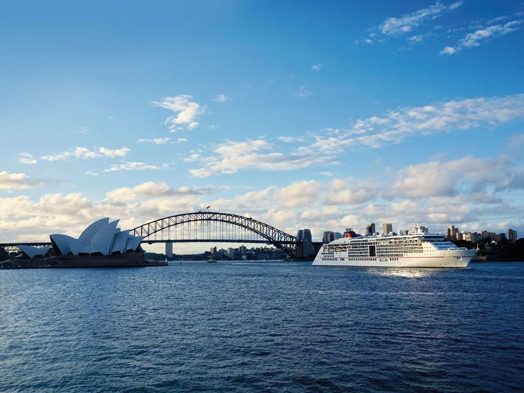 MS EUROPA 2 vor dem Opernhaus in Sydney, Australien