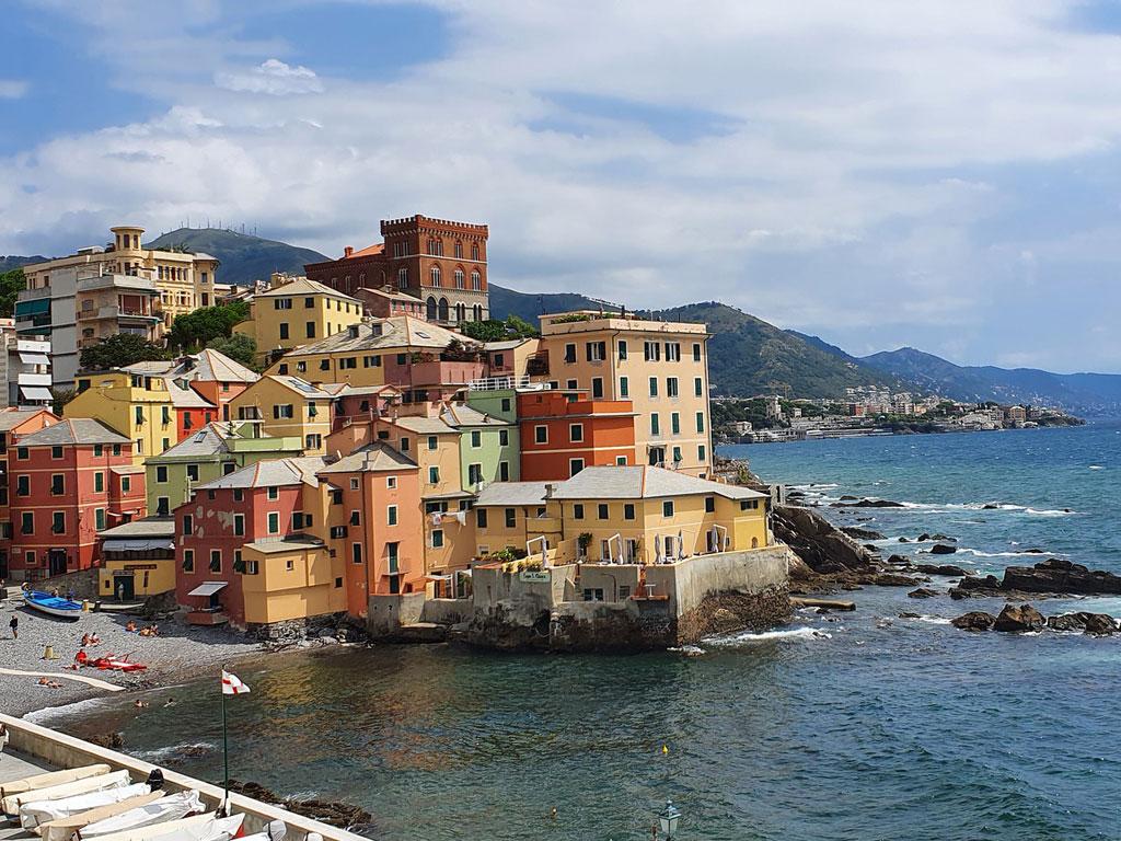 Italienische Küste mit bunten Häusern