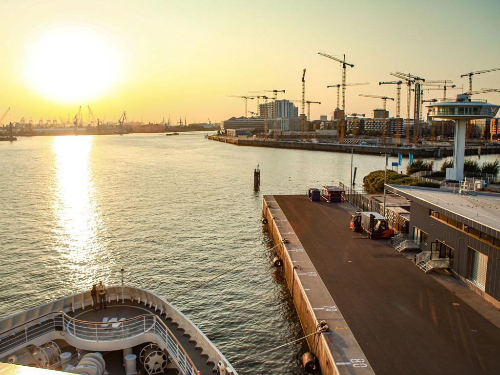 die HANSEATIC im Hamburger Hafen