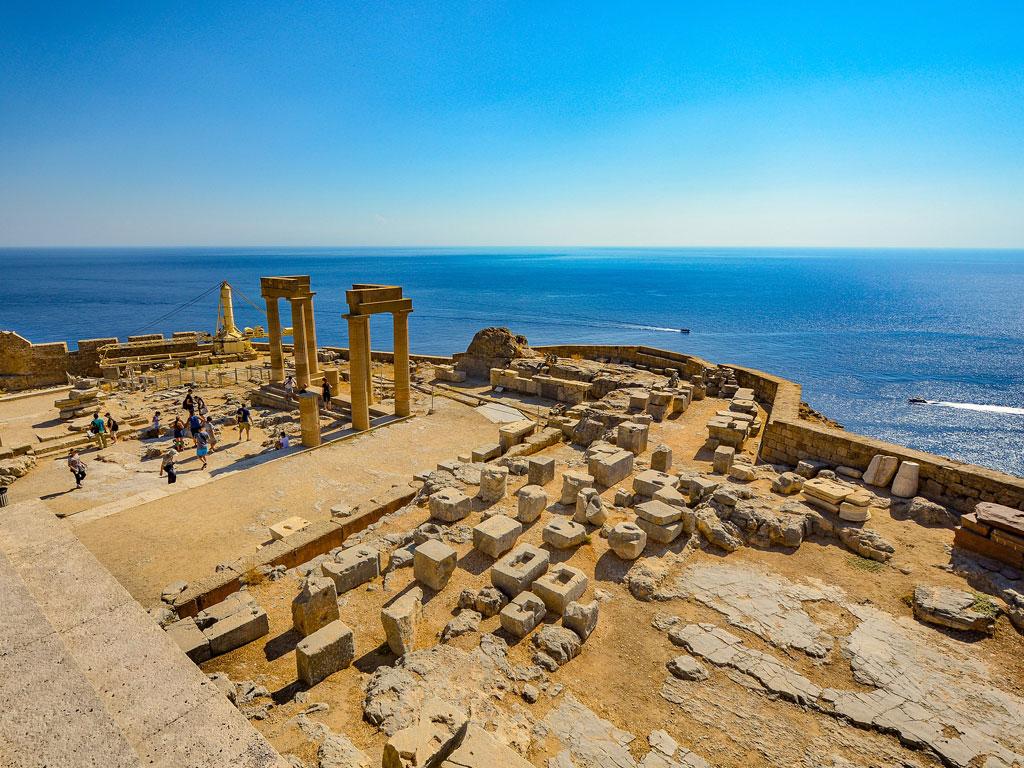 Antike Ruinen in Griechenland mit Blick aufs Meer