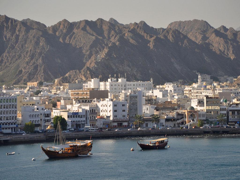 Bucht in Maskat mit Gebirge im Hintergrund