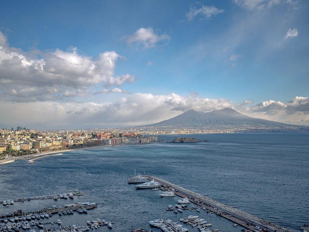 Hafen von Neapel mit Vesuv in der Ferne